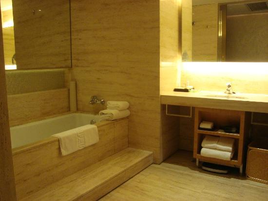 Marco Polo Parkside Beijing: Bathtub