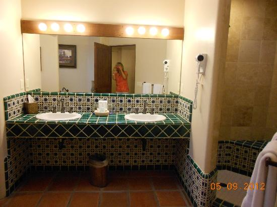 Tubac Golf Resort & Spa: Colorful and large bathroom