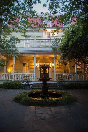 Barksdale House Inn: Garden in the Back