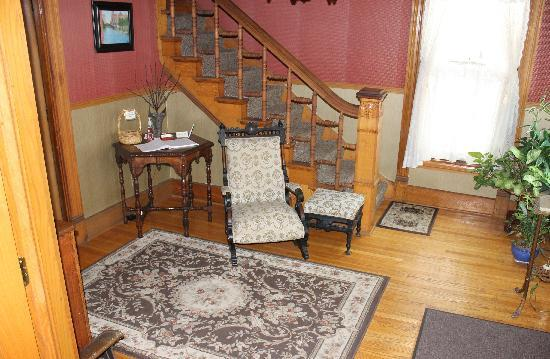 The Harney House Inn: Front Foyer
