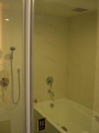 S-aura Hotel: Glass doors and showers.