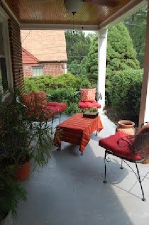 B&B at Lansdowne Way: Take your coffee on the quiet front porch