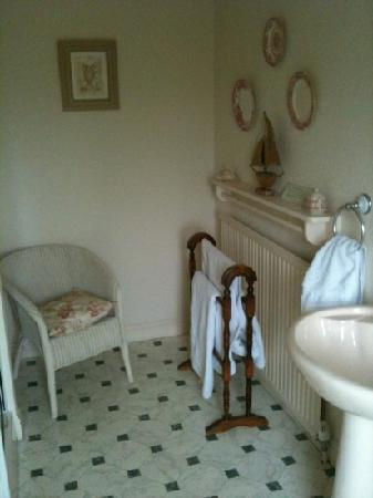 Hedgefield Guest House: other side of bathroom