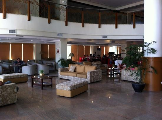 The Pinnacle Hotel & Suites: The lobby