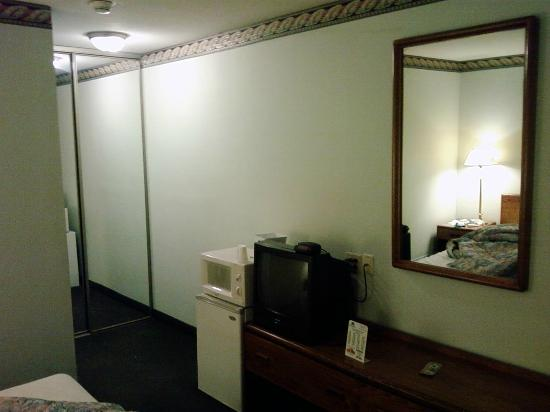 Economy Inn Plymouth: Microwave, TV and smallest oldest fridge on the Earth