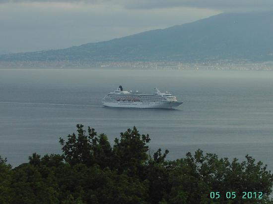 Hotel Metropole: Cruise ship in the bay with Vesuvius in background