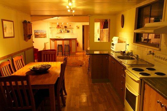 Underground Bed & Breakfast: Kitchen