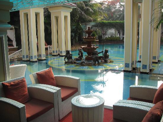 Mayfair Lagoon: View from the lounge towards the pool