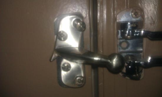 Days Inn Fairmont: Broken Lock