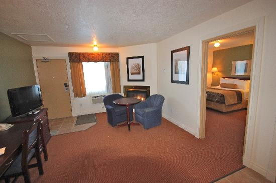 Econolodge Inn and Suites: One bedroom suite