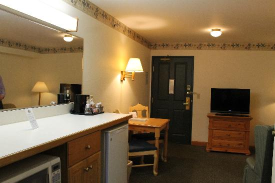 Country Inn & Suites By Carlson, Dundee: Suite Living Area