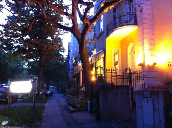 Hotel Park Villa: evening view of front of hotel.