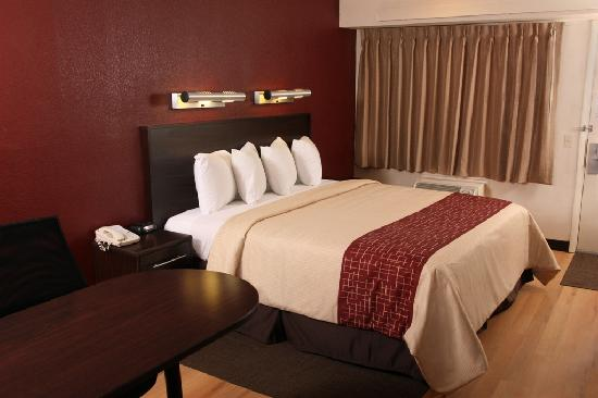 superior king room picture of red roof plus wilmington. Black Bedroom Furniture Sets. Home Design Ideas