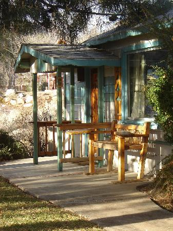 Sierra Gateway Cottages: Private front patio with a view of the Kern River