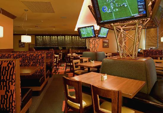 Holiday Inn Westbury: Sporting News Grill Restaurant