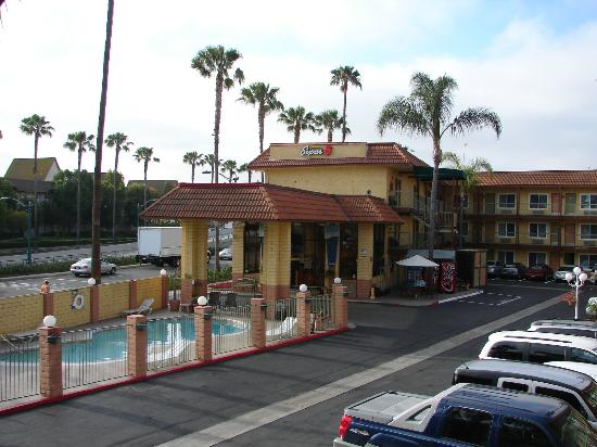 Super 8 Anaheim Disneyland Drive: Acceuil, piscine, parking