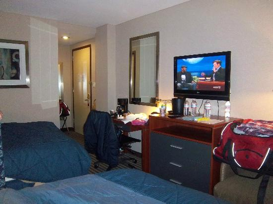 Comfort Inn Flushing: Flat screen TV but limited TV shows