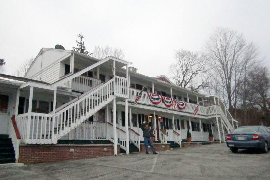 Front view of Bennington Motor Inn -- Christmas Eve morning
