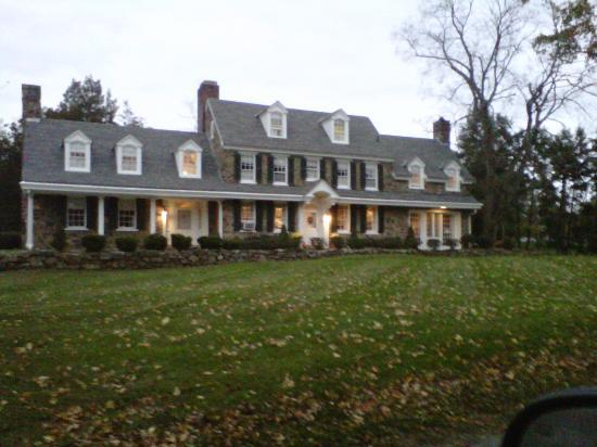 Chimney Hill Estate & Ol' Barn Inn: The inn from the road at dusk