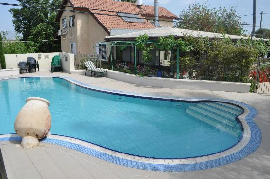 Arbel Guest House: View of restaurant & B&B from pool side