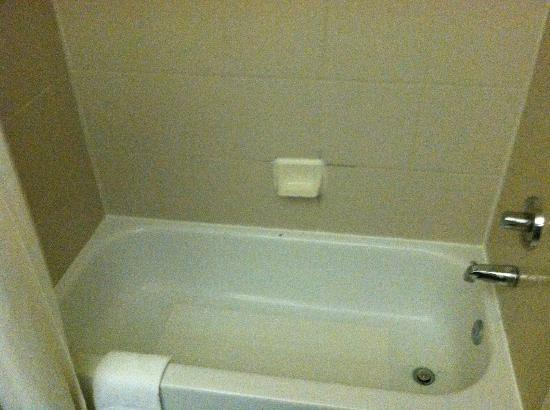Days Inn And Suites Houston IAH Airport: This is the tub