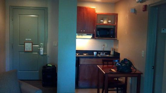 The Governor Dinwiddie Hotel & Suites: Kitchen area