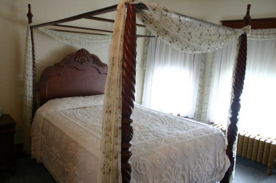 Tarry Here Bed and Breakfast: The Iris Room