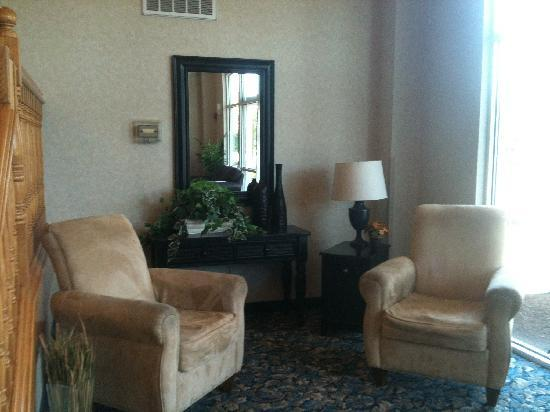 Comfort Suites Airport: Sit for a while and enjoy