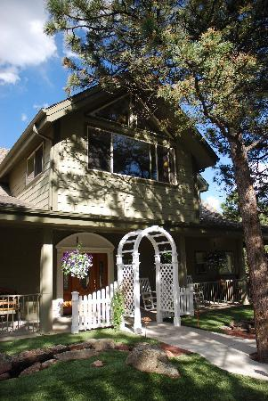 A Mountain Valley Home B&B Inn: Front entry and wedding arbor