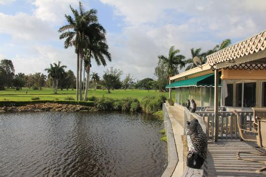 Hollywood Beach Golf Resort: Vue sur le bar/restaurant