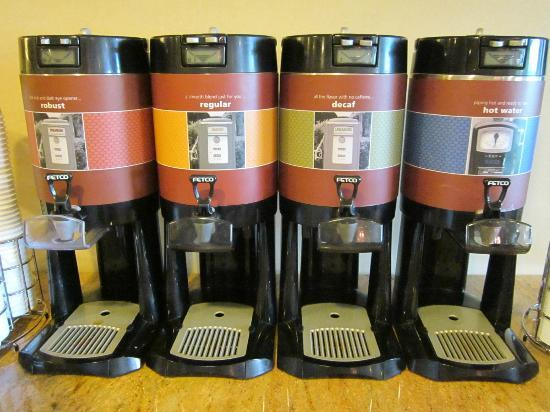 Hampton Inn Chicago Naperville: Lots of great coffee  24/7