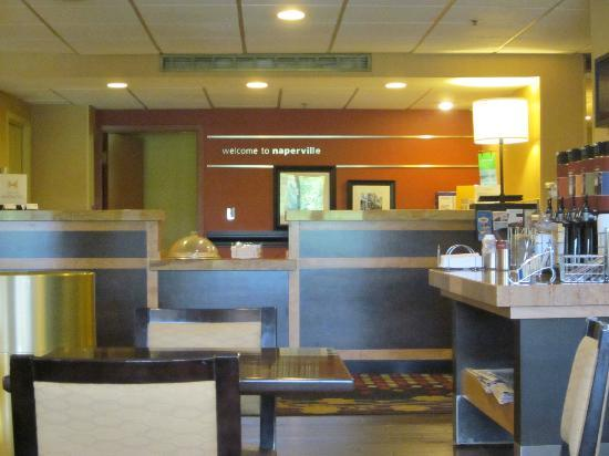Hampton Inn Chicago Naperville: the front desk and coffee area