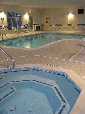 Fairfield Inn & Suites Fairmont: Pool & hot tub
