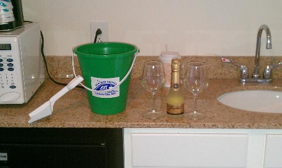 Sea Bay Hotel: Champagne and glasses. Gift from the hotel