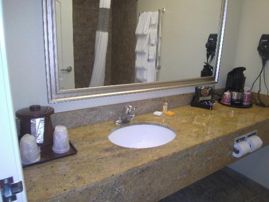 La Quinta Inn & Suites Bismarck: bathroom
