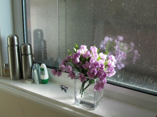Mansion House Scarborough: flowers in our bathroom
