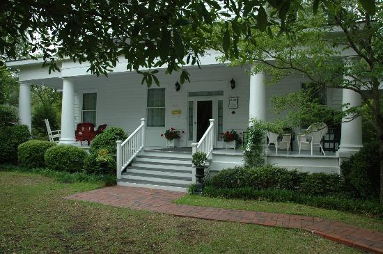 Old Academy Bed and Breakfast: Comfortable front porch for afternoon tea.