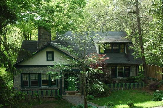 Asheville Green Cottage: View from the Road.