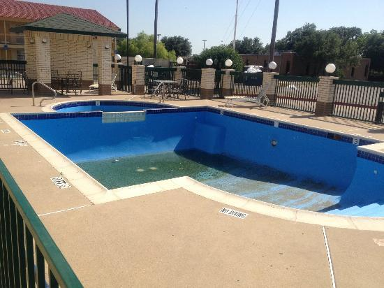 Dallas Days Inn Farmers Branch: Days Inn Farmers Branch, TX  Pool