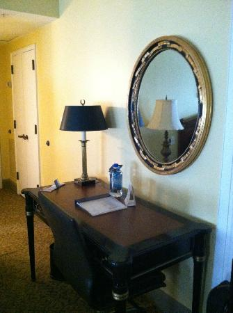 Wyndham Baltimore Mt. Vernon Hotel: Desk & Mirror