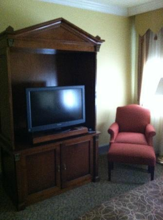 Wyndham Baltimore Mt. Vernon Hotel: TV and chair