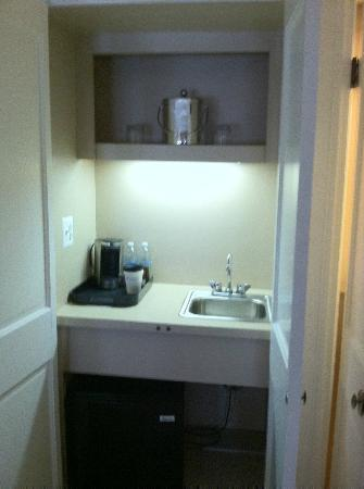 Wyndham Baltimore Peabody Court: Wet bar &amp; refrigerator