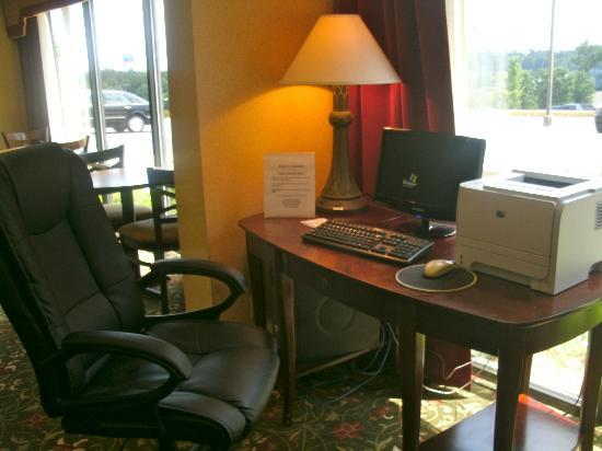 Holiday Inn Express Atlanta W (I-20) Douglasville: The little business center in the lobby