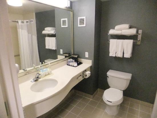 Holiday Inn Express Redwood City: Standard Zimmer - Badezimmer