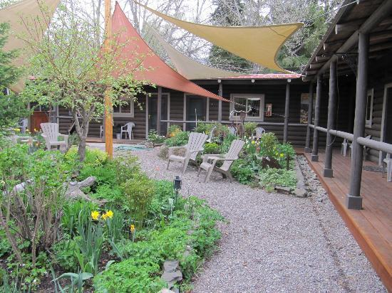 Laughing Horse Lodge: Garden and cabin view