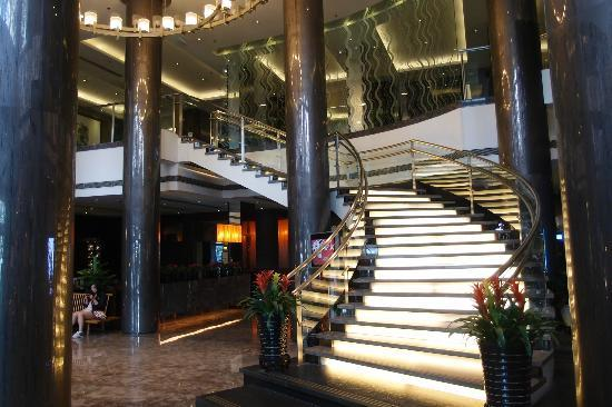 Nikko Jinglun Hotel: Staircase from foyer to first floor restaurants