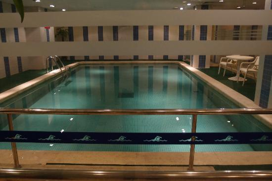 Nikko Jinglun Hotel: Pool (modest sized but Life Fitness equipped gym adjacent)