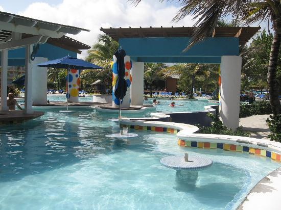 Coconut Bay Resort &amp; Spa: swim up area of bar/pool
