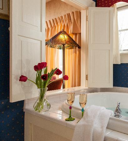 The Inn at Weston: Waite Room's Beautiful Two Person Whirlpool Tub