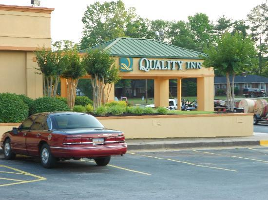 Quality Inn Anderson: Entrance Drive